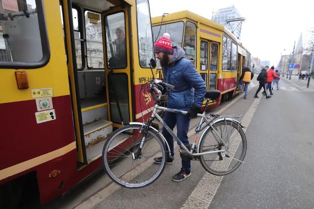 W środę (29 stycznia) na sesji radni zadecydują o ograniczeniach dla osób przewożących rowery w tramwajach i autobusach.  Mogą pojawić się drobne zmiany.CZYTAJ DALEJ NA NASTĘPNYM SLAJDZIE