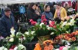 Niedzielny targ w Wierzbicy. Tysiące wiązanek, setki zniczy. Panował bardzo duży ruch (ZOBACZ ZDJĘCIA)