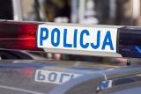 Kierowca samochodu osobowego uderzył w barierę ochronną i porzucił auto przy drodze. Policjanci wyjaśniają okoliczności zdarzenia