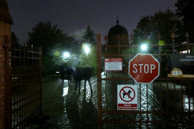 Decyzją rządu zamknięte zostały cmentarze na Wszystkich Świętych. Tak późną informację o takiej decyzji krytykują wielkopolscy politycy