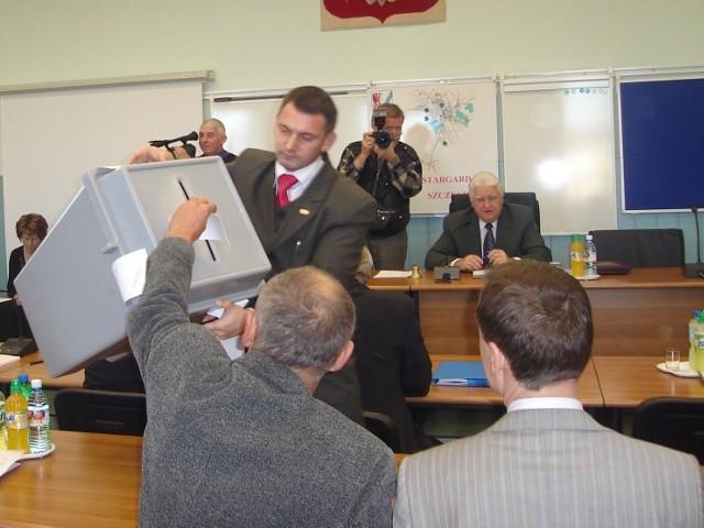 Stargardzcy radni miejscy w tajnych głosowaniach wybrali wczoraj przewodniczącego rady i jego zastępców. Zgodnie z przedsesyjnym porozumieniem między PO a PiS najważniejsze stanowiska w radzie trafiły do radnych tych partii.