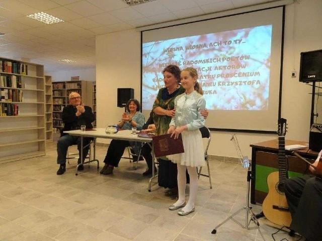 Swój wiersz czytała 12-letnia Oliwia Paciorek z Publicznej Szkoły Podstawowej  numer 6. Obok Izabella Mosańska.
