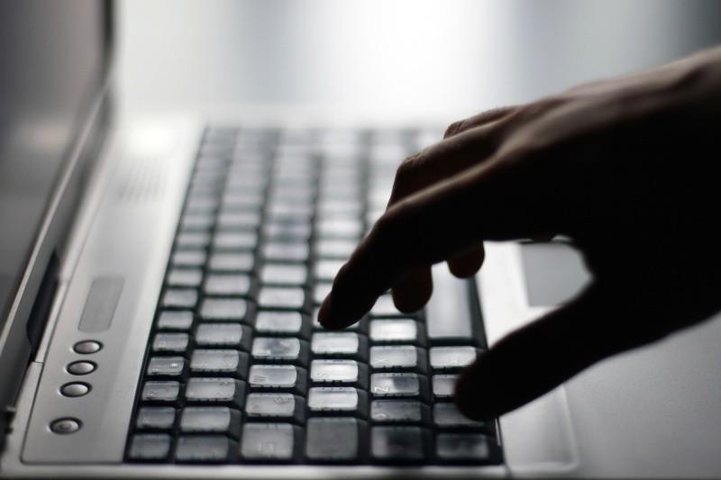 """By uświadomić ludziom, jak ważne jest bezpieczeństwo w sieci, opolska policja rozpoczęła akcję pod hasłem """"Bezpiecznie korzystam z internetu""""."""