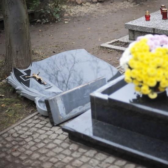 Tak wygląda płyta, która w sobotę przygniotła na cmentarzu pięciolatka.