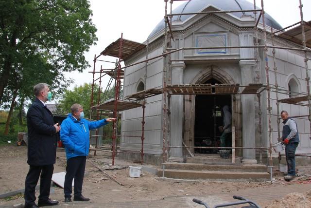 Marszałek województwa Marek Woźniak podpisał z wójtem Tadeuszem Bąkowskim umowę o dofinansowanie unijne dla remontu kaplicy.