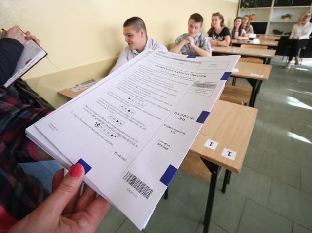 Egzamin gimnazjalny 2019. PRZECIEKI: Odpowiedzi, arkusze, zadania. Język polski. Egzamin ósmoklasisty 2019 [HARMONOGRAM]