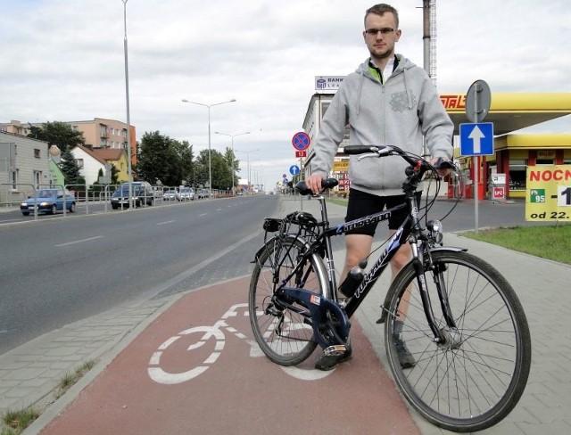 - Dlaczego drogowcy nie wybudowali asfaltowego ciągu pieszo-rowerowego na odcinku ulicy 1905 Roku, gdzie faktycznie nie ma miejsca na ścieżkę? – pyta zdumiony najnowszym pomysłem urzędników Karol Wieczorek.