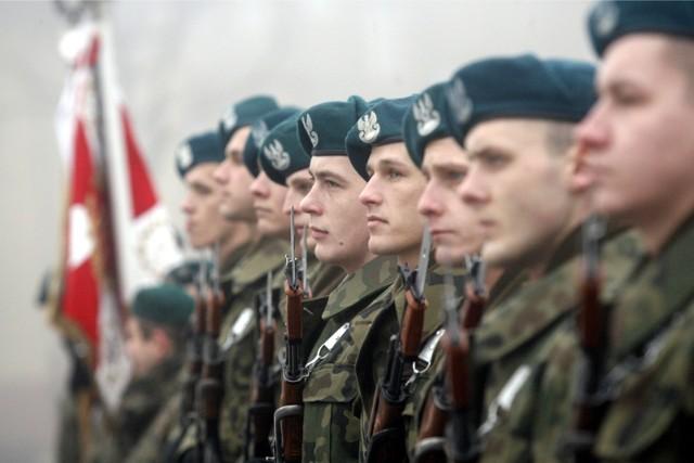 Czy opłaca się być żołnierzem? Sprawdź, ile zarabiają żołnierze zawodowi po podwyżkach w 2019 roku. Najwięcej zyskali szeregowi. Przedstawiamy stawki wg stopni.
