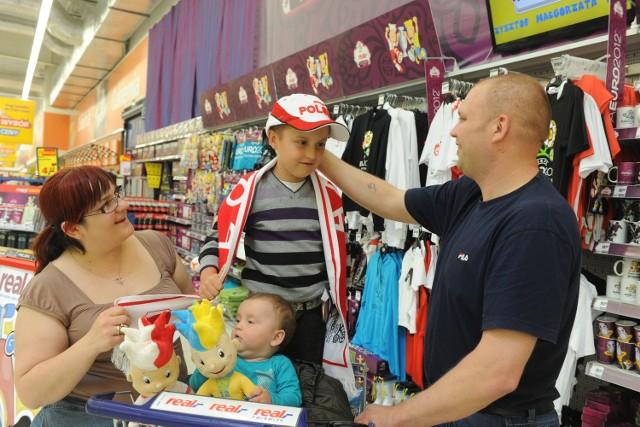 Rodzina Kaniów poszukiwała gadżetów na Euro 2012 w opolskim Realu.