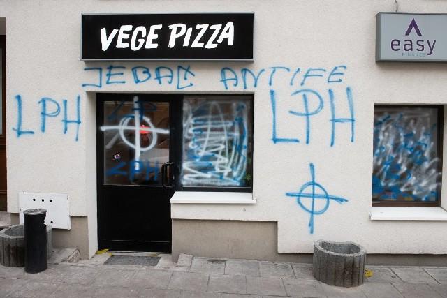 W nocy z czwartku na piątek zdemolowano elewację kamienicy przy ul. Limanowskiego, gdzie znajduje się pizzeria Vege Pizza. Na witrynach restauracji pojawiły się między innymi krzyże celtyckie.