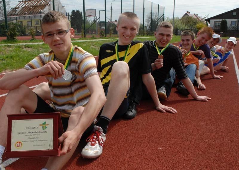 Srebrni medaliści Lubuskiej Olimpiady Młodzieży cieszą się ze swojego sukcesu