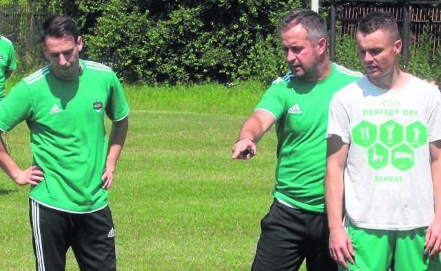 Trener Jacek Magnuszewski (w środku)