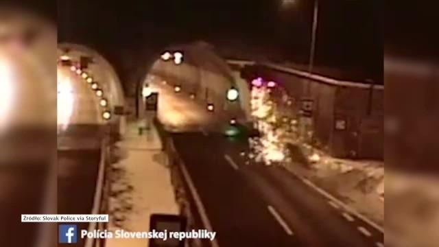 Do niecodziennego wypadku drogowego doszło na słowackiej autostradzie w okolicach miasteczka Podskalka. Kierowca BMW, dojeżdżając do tunelu, w pewnym momencie zjechał z drogi i wjechał na barierkę energochłonną, która zaczynała się w tym miejscu. Pochylona bariera podziałała jak skocznia i wybiła rozpędzony samochód wysoko w górę, tak że ten uderzył w strop tunelu. W środku znajdował się tylko 44-letni kierowca, który nie odniósł poważniejszych obrażeń.ZOBACZ FILM - KLIKNIJ NA KOLEJNY SLAJD!