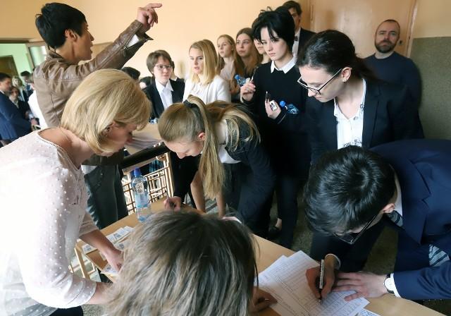 Dokładnie rok temu absolwenci XXVI Liceum Ogólnokształcącego przy ul. Wileńskiej w Łodzi punktualnie o godzinie 9. zasiedli do pierwszego w tej sesji egzaminu maturalnego  z języka polskiego na poziomie podstawowym. Nastroje wśród zdających były dobre. Naturalnie prawie wszyscy stresowali się – jedni mniej, inny bardziej.