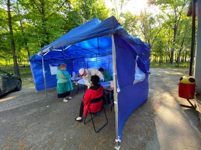 Pracownicy placówek oświaty i pomocy społecznej z Wojkowic przechodzą testy na obecność koronawirusa w szpitalu w Czeladzi