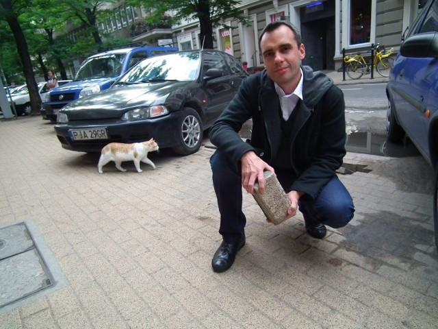 Jakub Dzidowski nie ukrywał wzburzenia, gdy dowiedział się, że wymiana kostki brukowej na ok. 250 metrach kw. ma kosztować 140 tysięcy zł. To jego zdaniem zdecydowanie zbyt dużo