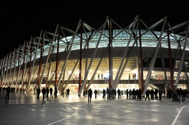 Stadion miejski oświetlony tylko od środka. I tylko na mecze (zdjęcia)