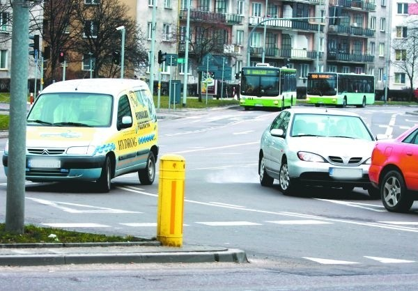 Na placu Niepodległości dochodzi do stłuczek, bo kierowcy nagminnie łamią tu przepisy. Policja już monitoruje to skrzyżowanie.
