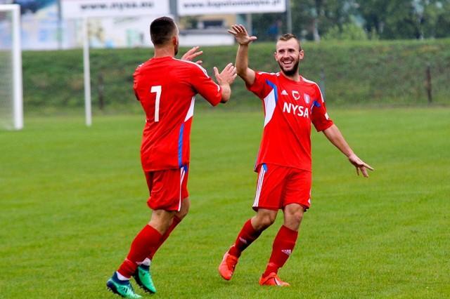 Piłkarze Polonii Nysa nadal pewnie kroczą po swoje.