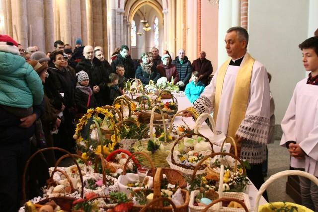 92 proc. Polaków chodzi do kościoła ze święconką, tyle samo dzieli się jajeczkiem. Ale inne zwyczaje wielkanocne zanikają, zwłaszcza jeśli nie są związane z wiarą