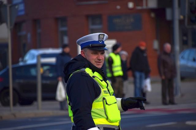 Podlaska policja wspierana przez harcerzy kieruje ruchem na skrzyżowaniu Wasilkowskiej, Wysockiego i Raginisa.