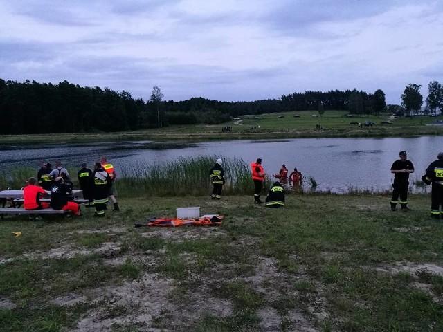 Służby ratownicze i strażacy poszukiwali mężczyzny, który pływał w zbiorniku retencyjnym w Szumowie, niedaleko Korycina.