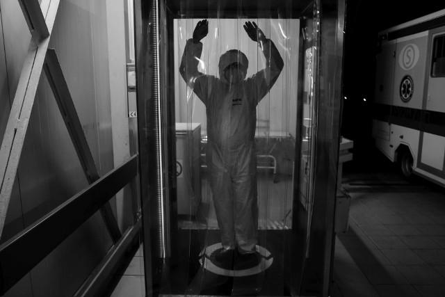 Tak wygląda walka z epidemią koronawirusa z perspektywy członka personelu medycznego jednoimiennego szpitala zakaźnego w Poznaniu. Przemysław Błaszkiewicz od kwietnia dokumentuje pracę załogi m.in. Szpitalnego Oddziału Ratunkowego. Postanowił udostępnić nam swoje zdjęcia, by więcej osób mogło zobaczyć coś, czego nie dostrzega się będąc poza szpitalem.Przejdź do następnego zdjęcia ----->