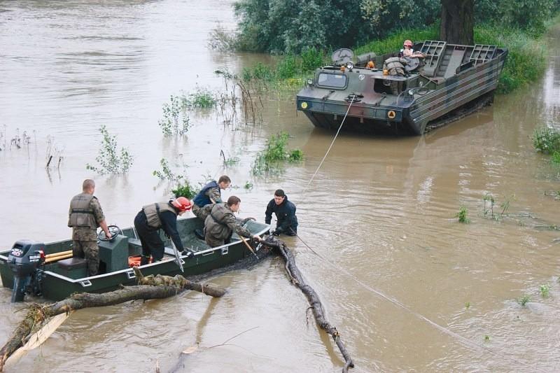 Żołnierze ciepło wspominają służbę w batalionie. A cywile równie dobrze wspominają akcje z udziałem wojskowych ratowników, takie jak usuwanie zatoru pod mostem kolejowym w Lewinie.