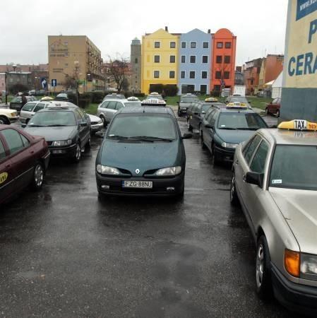 Wczoraj na postoju przy Rynku w Żaganiu stało kilkanaście taksówek. Postoje są zapchane, więc taksówkarze proszą o niewydawanie nowych licencji.