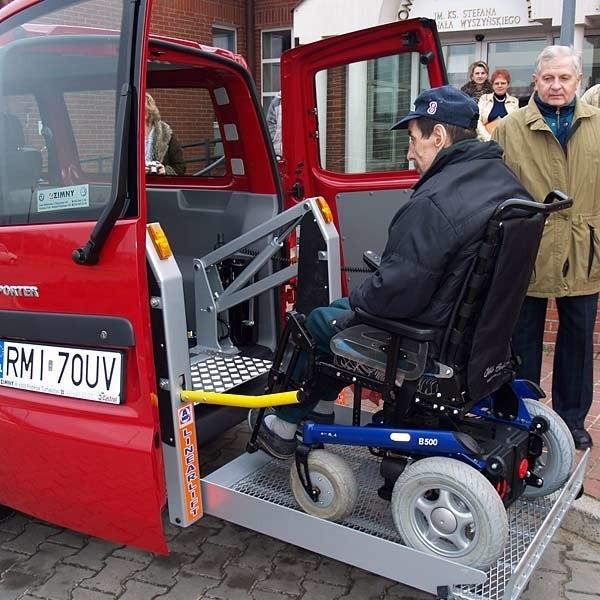 Nowy samochód oznacza komfort dla podpieczonych DPS (takimi autami cieszą się również dializowani pacjenci mieleckiego szpitala).