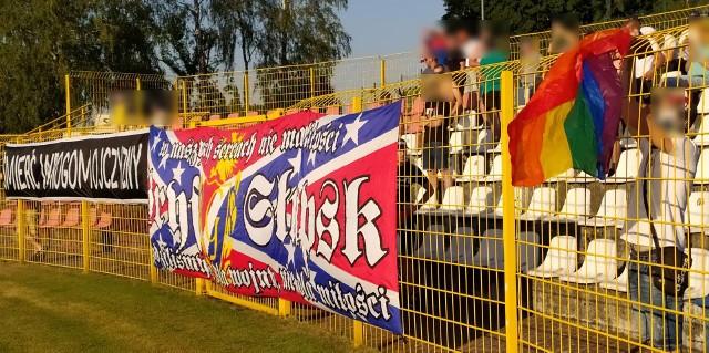 Kibice Gryfa spalili tęczową flagę na stadionie na Zielonej, a władze miasta chcą ukarać słupski klub, bo to szerzenie nienawiści