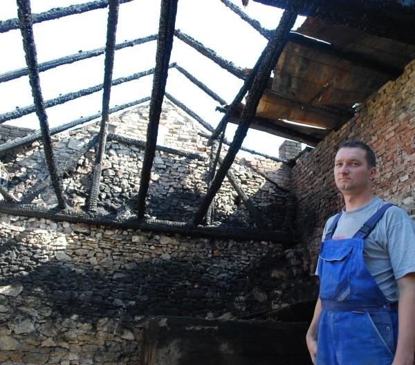 Ryszard Lis w stodole, którą najprawdopodobniej podpalił piroman.