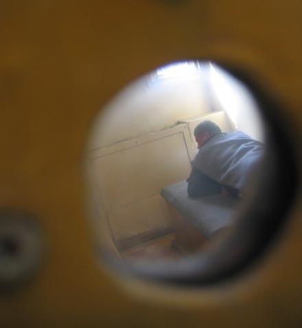 Kierowca tira, który jechał pijany trafił do policyjnej izby zatrzymań. Zanim zostanie przesłuchany musi wytrzeźwieć.
