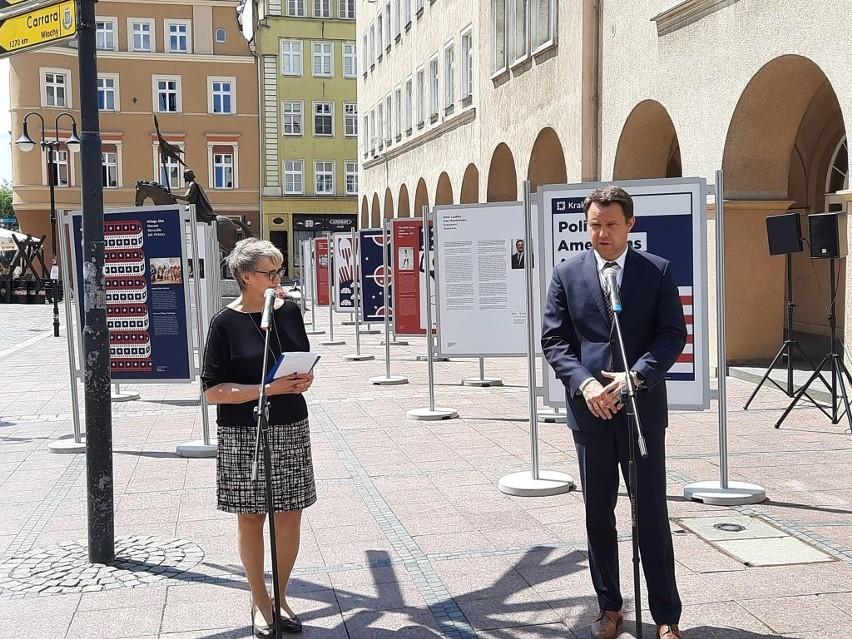 Wystawa na Rynku w Opolu. Ile polscy emigranci i ich potomkowie wnieśli do amerykańskiej kultury, gospodarki, nauki