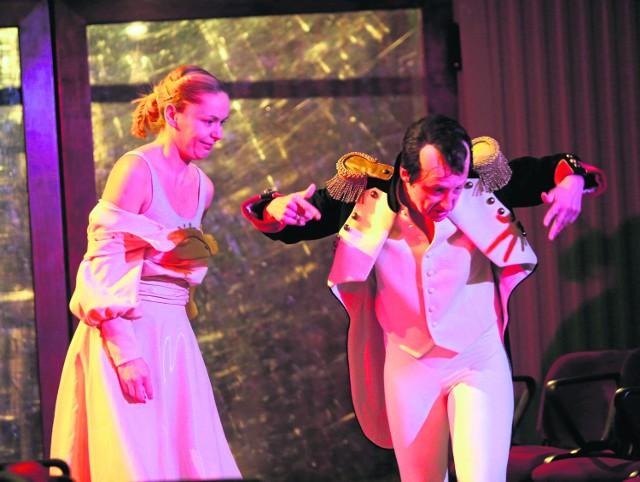 Od lewej: Urszula Gryczewska (jako Pani Bruscon, przyczyna nieszczęść swego męża) udanie oddaje niechęć do Bruscona, oraz Agnieszka Kwietniewska, aktorka zdolna, choć popadająca w manieryczność