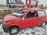 Dachowanie fiata na drodze powiatowej Poświętne - Brzozowo Chrzczony. Jedna osoba trafiła do szpitala [ZDJĘCIA]