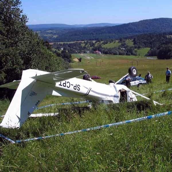 Lipiec 2006. Cessna rozbita podczas lądowania awaryjnego.