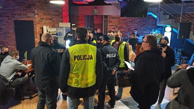 Podczas sobotniej kontroli restauracji Góra i Dół przez sanepid i policję w środku lokalu przebywało w sumie 70 osób. Zobacz więcej zdjęć ---->
