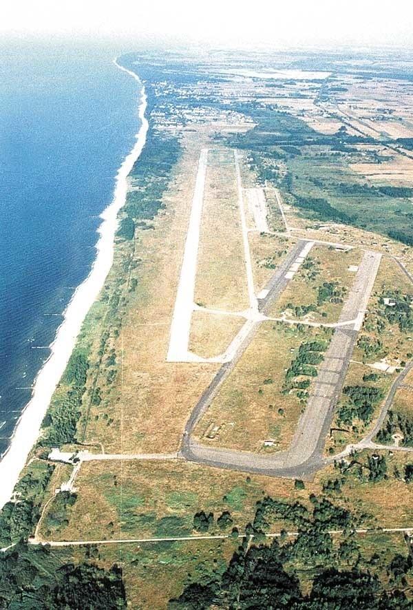 Tereny lotniska w Bagiczu. Bliżej kołobrzeskiego Podczela położony jest poniemiecki pas startowy, a wzdłuż morza widać dłuższy pas poradziecki.