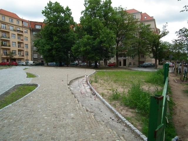 Plac Asnyka w Poznaniu: Bruk jednak nie zniknął