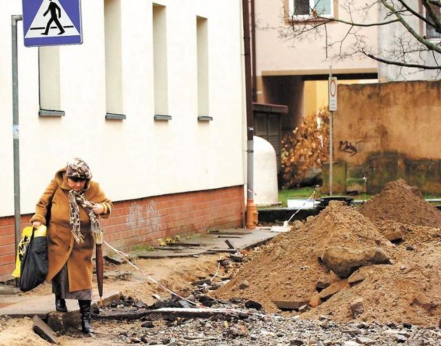Jeszcze wczoraj przejście przy ścianie przy ul. Dąbrówki było dostępne dla mieszkańców.