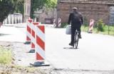 Trwa remont drogi powiatowej w Wężyskach. Kiedy można spodziewać się jego zakończenia?