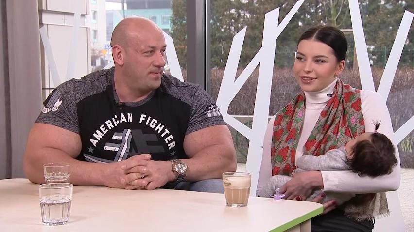 Robert Burneika i Kaja Kędzierska z córeczką Gają