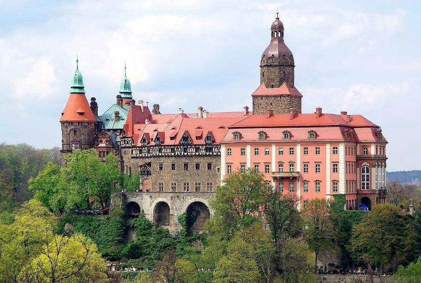Ten trzeci co do wielkości zamek w Polsce czeka na zwiedzających w Wałbrzychu. Warto zobaczyć nie tylko sam zamek wraz z podziemnymi tunelami, ale też atrakcje w jego otoczeniu: ruiny drugiego zamku, stadninę koni, pięknie utrzymany park wraz z zabudowaniami z początków XX w. oraz dawną kuźnię. Można tu również zjeść i przenocować. Książ to także świetna okazja do kontaktu z historią drugiej wojny światowej – na zamku mieściła się filia obozu koncentracyjnego KL Gross Rosen, a ponoć także i tajna niemiecka fabryka broni.Licencja