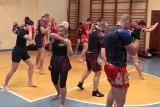 Pokazowy trening boksu tajskiego w galerii handlowej