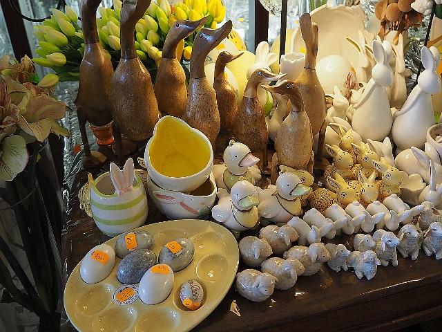 Handlowcy jednak dbają o to, by łodzianie zdążyli ze wszystkimi zakupami i często wcześnie wychodzą z okolicznościowymi ofertami. Na przykład w kwiaciarni przy ul. Piotrkowskiej na półkach i stołach rozsiadło się mnóstwo królików, kur, kurczaków, baranków, jest duży wybór jaj w różnych rozmiarach, a także naczyń – misek imitujących pęknięte skorupy, talerzy z wgłębieniami na jaja, kieliszków do jajek itp.