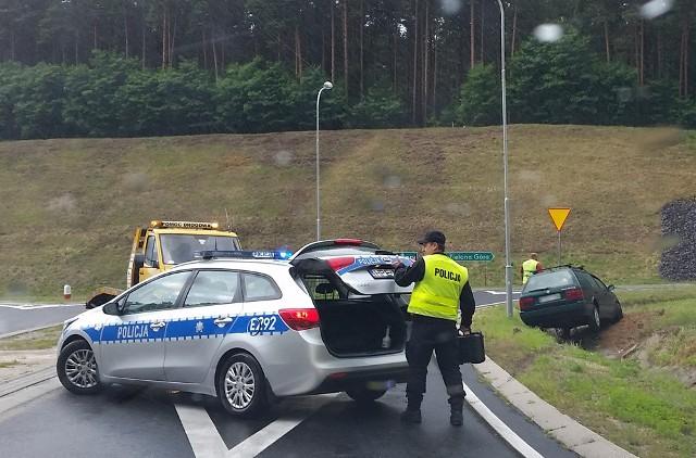 """Do zdarzenia doszło w środę, 6 lipca na odcinku Świdnica-Wilkanowo. Na miejsce przyjechała zielonogórska policja. Kierujący volkswagenem passatem jechał z Wilkanowa. Chciał wjechać na """"trasę śmierci"""". Tam wpadł w poślizg. Samochód wyleciał z drogi i wjechał do rowu.Na miejsce przyjechała policja. Teren kraksy został zabezpieczony. Samochód z rowu wyciągnęła pomoc drogowa.Przeczytaj też:   Dramatyczne wypadki na """"Trasie śmierci"""" [ZDJĘCIA]"""