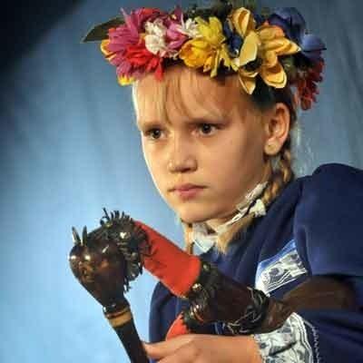 Granie na koźle nie tylko słuchu, ale też siły fizycznej. Dlatego najmłodsi muzycy - jak Sandra Kubik z Nowego Kramska - wykonywali utwory na sierszenkach.