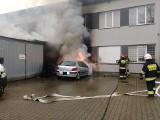 Pożar pod Krakowem. Mógł spłonąć budynek, ale skończyło się na samochodzie