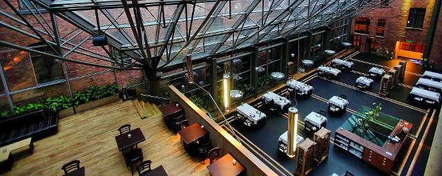 Monopol Katowice to jedyny pięciogwiazdkowy obiekt w Katowicach. Są tu dwie restauracje oraz VIP Room Vinoteka z osobnym wejściem. A także trzy sale konferencyjne, umiejscowione m.in. wokół Ristorante Cristallo (na zdjęciu), przykryte wielkim szklanym dachem.